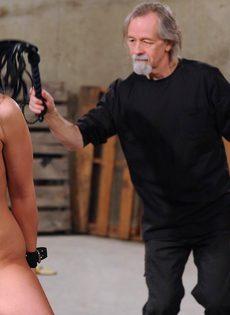 Старый мужик жестко обращается с темноволосой молодкой - фото #14