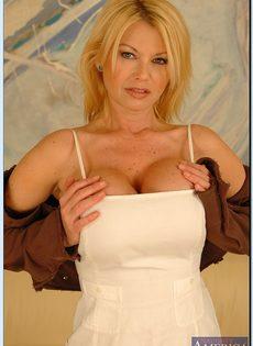 Эффектная зрелая блондинка с большими круглыми буферами - фото #2