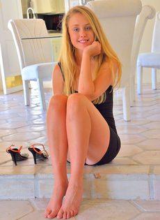 Скромная блондинка чувственно ласкает разгоряченную письку - фото #1