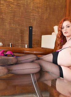 Рыженькая сучка в черных чулках возбуждающе облизывает ножки - фото #12