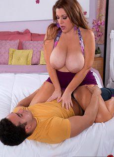 Милфа с большими сиськами Janessa Loren сидит на крепком члене парня - фото #7