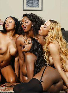Темнокожие красотки сосут большой член в порядке очереди - фото #8
