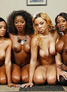 Темнокожие красотки сосут большой член в порядке очереди - фото #9