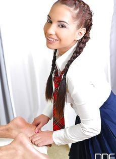 Студентка с косичками мастерски дрочит пенис голого мужика - фото #2