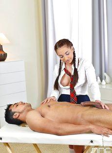 Студентка с косичками мастерски дрочит пенис голого мужика - фото #8