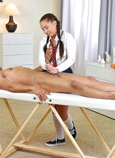 Студентка с косичками мастерски дрочит пенис голого мужика - фото #10
