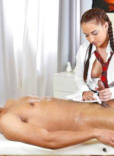 Студентка с косичками мастерски дрочит пенис голого мужика - фото #16