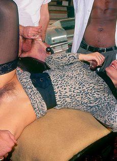 Ганг-банг с молоденькой шлюшкой в черных чулках - фото #6