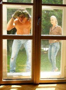 Развратный половой акт с симпатичной девушкой на зеленой травке - фото #2