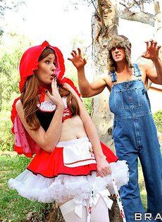 Вагинальный секс Красной Шапочки и Серого Волка в лесу - фото #5