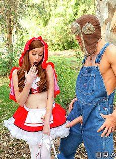 Вагинальный секс Красной Шапочки и Серого Волка в лесу - фото #6