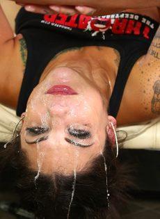 Очень жесткий трах развратной девушки в глубокую глотку - фото #10