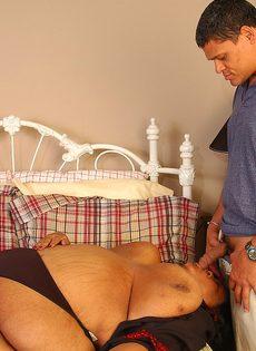 Мужик хочет удовлетворить очень жирную зрелую женщину - фото #1