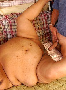 Мужик хочет удовлетворить очень жирную зрелую женщину - фото #7