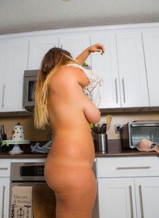 Потаскуха показала большие сиськи и аппетитную задницу на кухне - фото #15