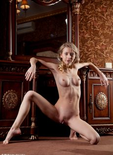 Начинающая худенькая модель позирует для мужского журнала - фото #16