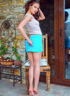 Фигуристая милашка наклоняется и демонстрирует сладкие щели - фото #7