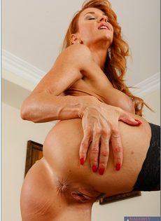 Рыжеволосая старушка сует пальцы в разгоряченное влагалище - фото #7