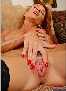 Рыжеволосая старушка сует пальцы в разгоряченное влагалище - фото #8