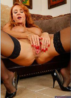 Рыжеволосая старушка сует пальцы в разгоряченное влагалище - фото #15