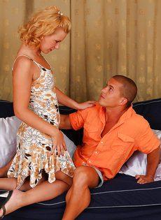 Европейская блондинка садится вагинальной дыркой на половой член - фото #1
