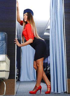 Сексапильная стюардесса с упругими сиськами мастурбирует письку - фото #1