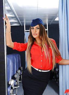 Сексапильная стюардесса с упругими сиськами мастурбирует письку - фото #2
