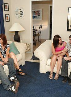 Групповое половое сношение с молоденькими сучками на диване - фото #1