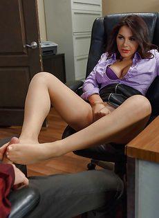 Присунул великолепной секретарше в телесных чулках - фото #3