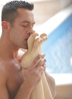 Нежный фут фетиш и чувственный вагинальный секс с молодкой - фото #8