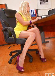 Светловолосая сучка с красивыми ножками расслабляется в кабинете - фото #1