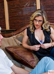 Парень насадил на пенис раскрепощенную мамочку в очках - фото #1