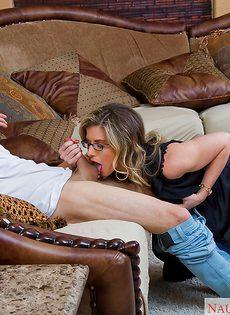 Парень насадил на пенис раскрепощенную мамочку в очках - фото #2