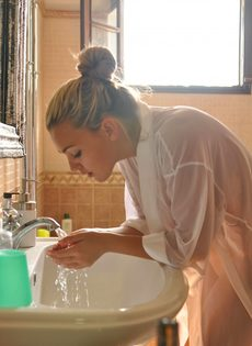 Утренняя эротика от сексапильной блондинки с большими грудями - фото #8