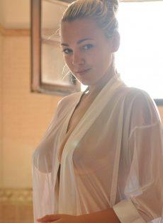 Утренняя эротика от сексапильной блондинки с большими грудями - фото #10