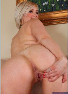 Пышная блондинка с большими дойками и аппетитной попкой - фото #8