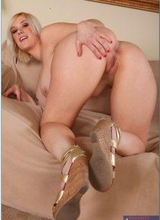 Пышная блондинка с большими дойками и аппетитной попкой - фото #9