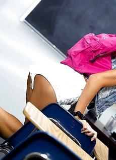 Миниатюрная студентка закрылась в классе и разделась догола - фото #3