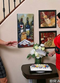 Мамка в красивом нижнем белье соблазняет Джонни Синса на анал - фото #12