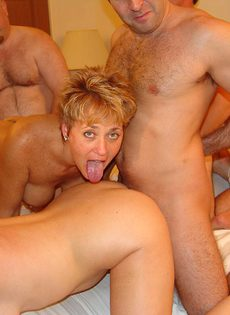 Зрелые мужики и бабы устроили групповое порно на съемной хате - фото #8