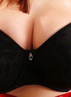 Кончил горячей спермой на большие натуральные сиськи темноволосой девахи - фото #5
