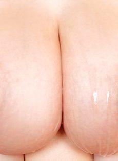 Кончил горячей спермой на большие натуральные сиськи темноволосой девахи - фото #16