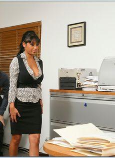 Парень оприходовал зрелую коллегу по работе в разных позах - фото #2