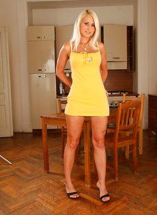 Привлекательная блондинка хочет снять с себя нижнее белье - фото #1