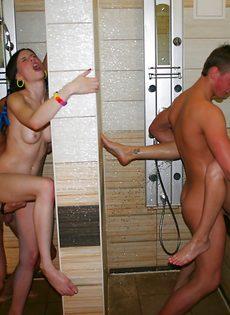 Парни парни трахают раскрепощенных студенток на вечеринке - фото #9