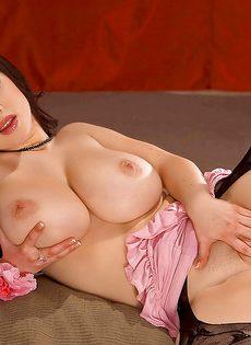 Пышногрудая красавица в сексуальных чулках широко раздвигает ноги - фото #8