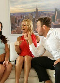 Возбужденный парень трахается с жаркими и страстными сучками на диване - фото #4