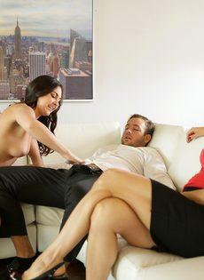 Возбужденный парень трахается с жаркими и страстными сучками на диване - фото #6