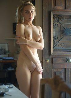 Эротические фото обворожительной любвеобильной молодушки - фото #12