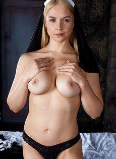 Сексапильная монахиня с большими сиськами и сладкими дырками - фото #5